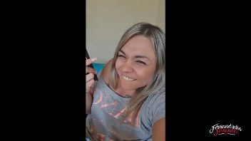 Fernandinha Fernández lamiendo clítoris grande que parece un pene