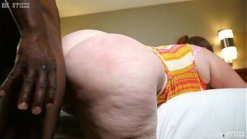 Gorda culona follando en cuatro con un negro
