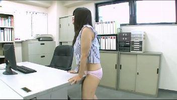 Asiática se masturba con la punta de la mesa hasta venirse