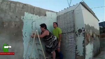 Gorda follando de parado con un vecino en la terraza