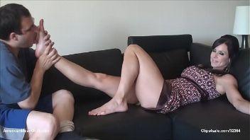 Chupando los dedos de Kendra Lust en un video para fetichistas