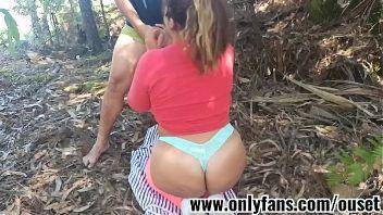 Follando en el bosque con mi chica culona
