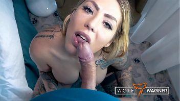 Mia Blow con su cuerpo cubierto de tatuajes tirando un polvo caliente