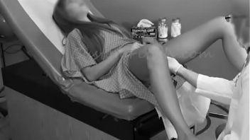 Doctor pervertido masturbando a su paciente hasta hacerla terminar