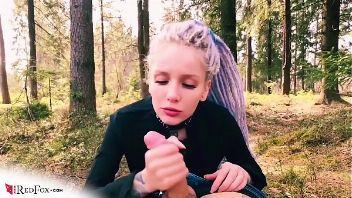 Deepthroat en el bosque con una jovencita sensual