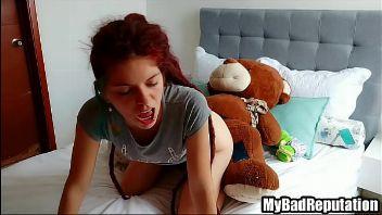 Guarra con rastas se folla a su oso de peluche