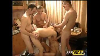 Pequeña fiesta privada que se convierte en orgía