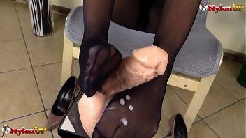 La dominadora Alexya te muestra cómo masturbar con los pies