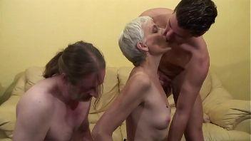 Vieja montándose un trío con el vecino de abajo y su hijo