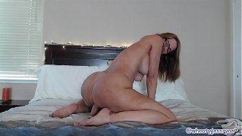 El culazo de una madura mientras se mete un dildo