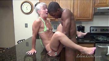 Interracial con la vieja en la cocina