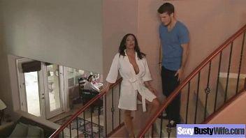MILF Kendra Lust se folla al amigo de su hijo