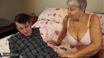 Follando con la abuela de mi novia.