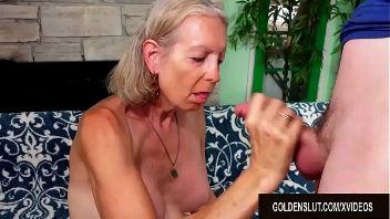 Una abuela puta follando con un jovencito afortunado