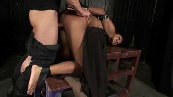 Video bondage xxx de una morena en cuatro patas.