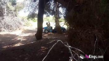 Me llevo a mi novia a follar en mi coche en pleno campo donde se unen a verla follar porque la pone muy cachonda