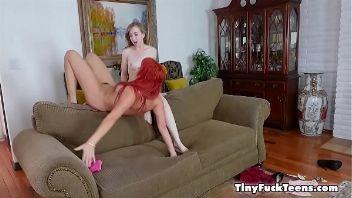 Lesbiana pelirroja haciendo una tijera con su amiga rubia
