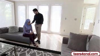 Jovencita árabe follando duro por el culo en un video porno HD