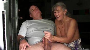 Esposa haciendo una paja a su marido en un video amateur perfecto