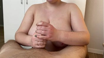 Novia tetona haciendo una paja con final feliz sobre sus pechos