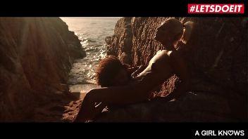 Madura brasileña Luna Corazón comiendo coño en la playa