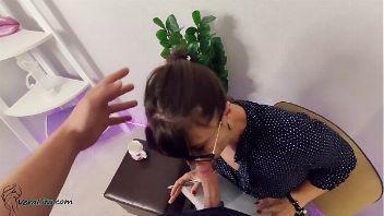 Psicóloga follando con su cliente con final feliz sobre su cara
