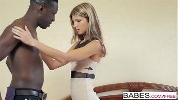 Jovencita apasionada follando con un negro video interracial