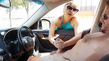 Milf masturbando a un tío en su auto