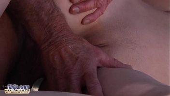 Abigaile Johnson follada por un viejo con la verga grande