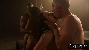 Angela White pone los cuernos a su marido en una orgía