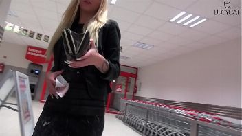 La guarra Lucy Cat follando en el supermercado