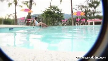 Guapa colombiana disfruta de la piscina y de un polvazo