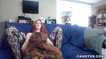 Pelirroja sumisa folla con su chico delante de la webcam