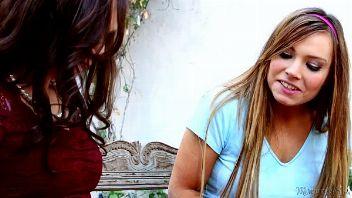 Madurita convence a su niñera para disfrutar de sexo lésbico