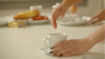 Desayunaron sus coños húmedos sobre la mesa de la cocina