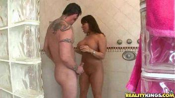 Acabó cachonda en la ducha follando con su jardinero