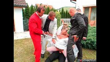 Acaba la boda y lo celebra follando duro en un gangbang
