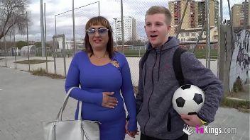 Madre española se folla a un amigo de su hijo ante las cámaras