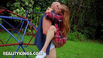 Flaca pelirroja adora los malotes y se folla a uno en un parque